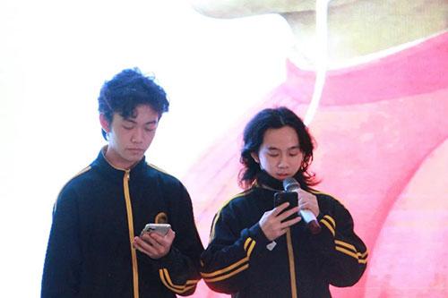 黄海蓝同学和岑俊颖同学表演朗诵《神曲》选段