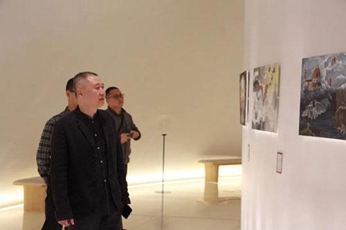 广州美院附中张伟副校长观看  AIP意大利国际艺术高中学生的创作作品