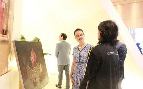AIP意大利国际艺术高中的学生  为意大利嘉宾介绍自己的作品
