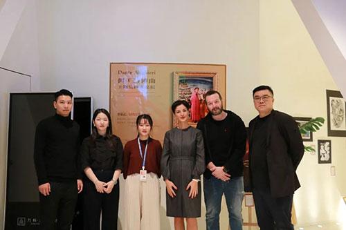 意大利驻广州领事馆和AIP意大利国际艺术高中运营团队合影留念